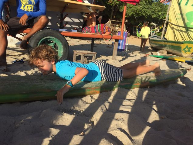 Théophile s'entraine à monter sur son surf