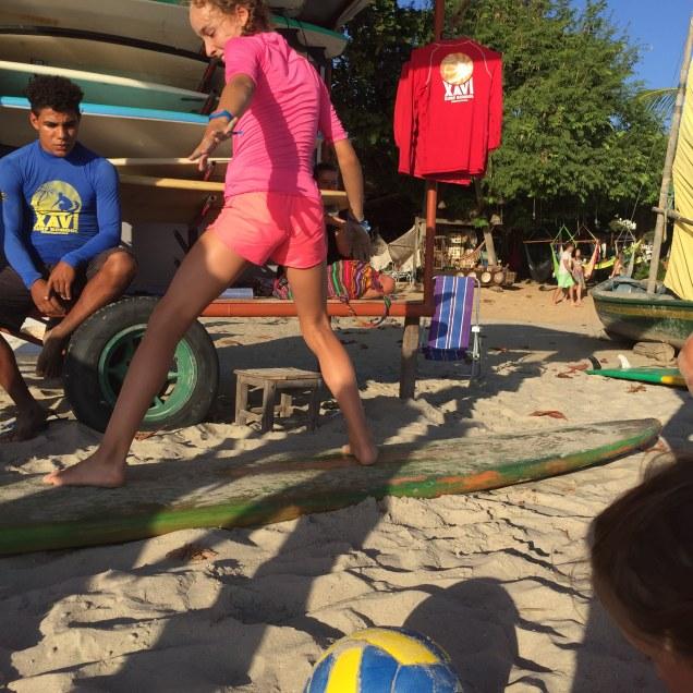 Capucine s'entraine à monter sur son surf